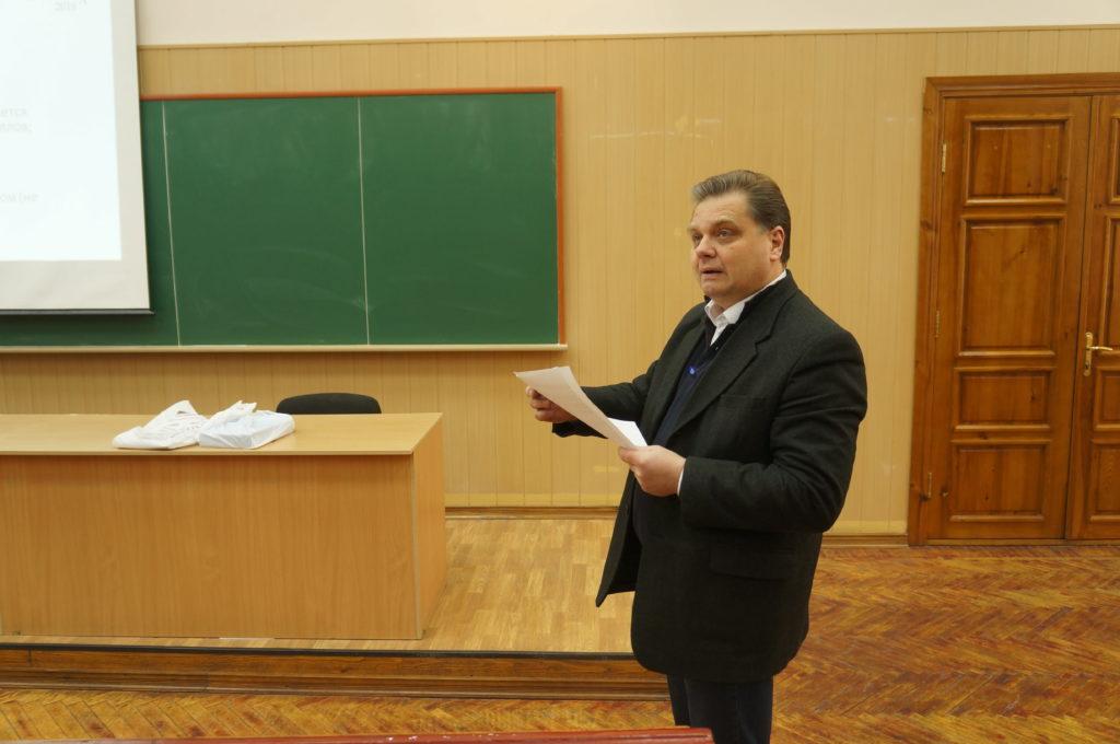 Правила зачитал декан физико-технического факультета ХНУ им. Каразина Игорь Александрович Гирка